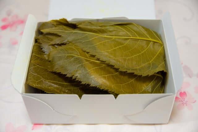 桜餅 葉っぱ 包む意味 乾燥を防ぐ