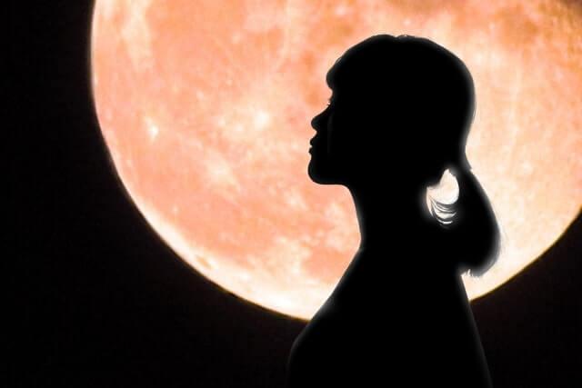 ピンクㇺ―ン おまじない 月の光を浴びる