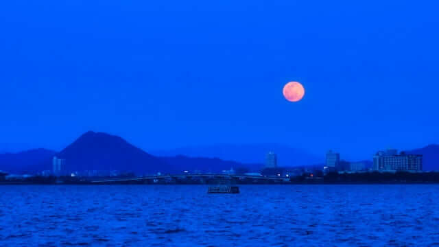 地平線付近の赤い満月